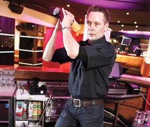 """""""Tarkoitus on tarjota tanssinystäville uusi vaihtoehto"""", kertoo Hesarin ravintolapäällikkö Rauno Röntynen."""