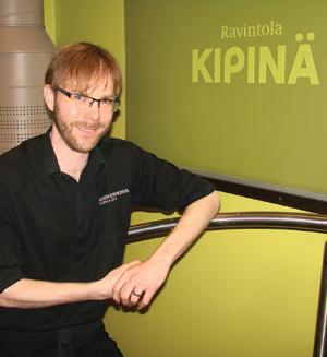 Kipinän ravintolapäällikkö Niko Peltomaa on valinnut uuteen ruokalistaan sopivat juomat.