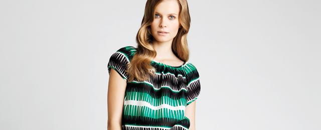 Noora Niinikosken Marimekolle suunnittelema mekko. Tätä vihreää esimerkiksi Manolo Blahnik yhdistää siniseen kengissään. Kuva: Marimekko