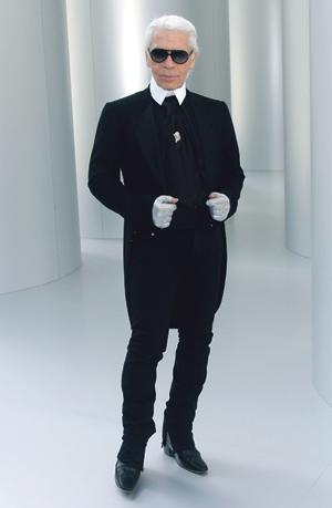 Karl Lagerfeld Chanelin talvikokoelman 2008–2009 aikaan. Tiesittekö, että Karl on kirjoittanut myös laihdutusoppaan? Tai että Karlin talolla kyttäävät fanit. Kuva: Visual Press Agency
