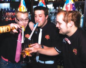 Bar4:n ravintoloitsijat Sakari Mäkinen, Sampo Wallenius ja Tom Kivinen juhlivat voittoa tilaisuuteen sopivin juomin.