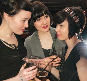 Helsinkiläiset Roosa (vas.), Elina ja Johanna  juhlivat kerran vuodessa Turussa, koska Helsingistä ei Klubin tapaista ravintolaa löydy.