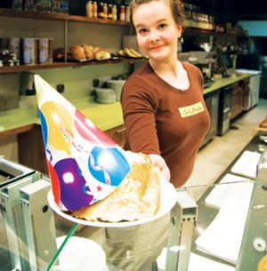 Cafe Brahen Annika Pyykkö voi näyttää suloiselta, mutta jakaa korvapuusteja.