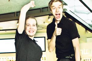 Emilia ja Mikko kahvilakärkeä edustavasta Johdosta.