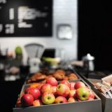 Taideinstallaatio kahvilassa