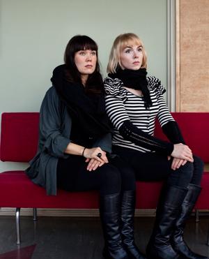 Katriina Haikala (vas.) ja Vilma Metteri kävivät Tammerkosken kuvataidelukiota.