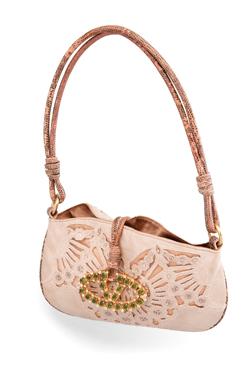 Huutokaupassa myydään myös Valentinon laukku.
