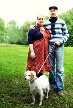 Simonin isä on pastori ja äiti kuvaamataidon opettaja, vieressä vaimo Mia.