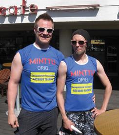 Rovaniemen Hunksit Matti ja Oskari, 26, rasvaavat  lauantaina terassinahkaa.