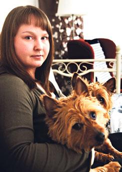 """Terhi Pitkäsen koirat Pupsi ja Pyry auttavat masennuksessa. """"Eläimen koskettaminen on lohdullista. Eläin ei tuomitse, arvostele tai vähättele kokemuksiani."""