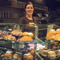 Café Brahen Lauran myymien leivonnaisten leipominen aloitetaan joka yö kolmen jälkeen.