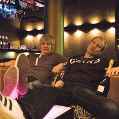 The Monkeyn ravintolatoimenjohtaja Paavo Raittinen ja Bar Manager Mikki Lahtinen juhlistavat voittoa asiaankuuluvasti Vip-tilassa.