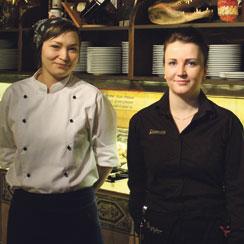 Kokki Jenni ja vuoropäällikkö Sara olivat tyytyväisiä Saludin paluusta listan kärkeen.
