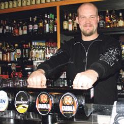 Roosterin ravintolapäällikön Teemu Saksalan saattaa tavata yökerhon baaritiskin takaa.