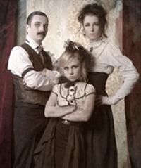 Onyxei Haapala, Helmut Schweinstein ja Saga Schweinstein 1800-luvun tunnelmissa.