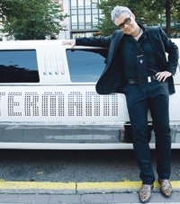Svenska Teaternin eteen parkkeerattiin PlayMe-musikaalin ensi-illan ajaksi upea valkoinen limusiini, joka kuului musikaalin pääpahikselle, ravintolamoguli Zettermannille.