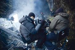 Kuvaaja Mika Orasmaa filmaa bändiä tunnelin suuaukolla.
