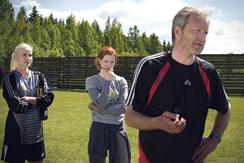 Valmentaja Lauri antaa ohjeita, Carita ja Anna keskittyvät Porissa kuvatussa FC Venus -elokuvassa.