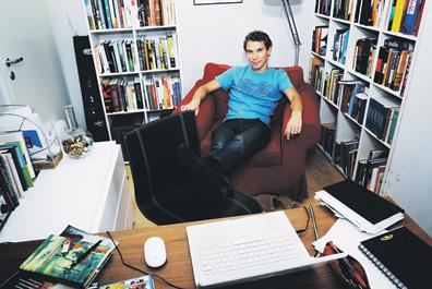 Juha Itkonen työhuoneensa kutsuvimmassa kohdassa.  Täällä hän viimeisteli juuri ilmestyneen kertomuskokoelmansa Huolimattomia unelmia.