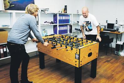 Kössi Rehmonen ja Sacha Remling päättämässä firman asioista.