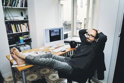Aleksi Bardyn tietokoneruudulla elokuva Käsky.