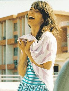 Olivia Bouyssou Merilahtea naurattaa. Esikoislevy A Mouthful oli Ranskan listan ykkönen.