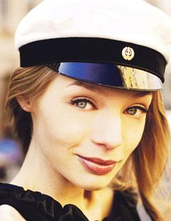 Johanna Väisänen, 18, yo/muotikuvissa.