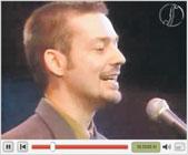 Loituman Timo Väänänen lauleskelee videolla.