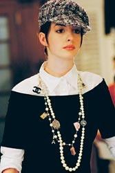 Andylla eli Annella musta David Rodriguez -paita, Miu Miun valkoinen paita, Chanel-hattu ja kaulakoru.