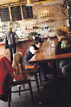 Yksinäiset tunteelliset naiset parveilevat KOM-ravintolan musiikki-illoissa maanantaisin ja torstaisin.