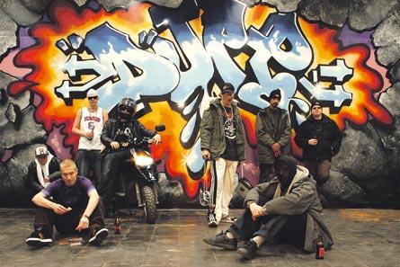DJPP keräsi uudelle levylleen räppäreitä idästä länteen. Lähtien vasemmalta: Raimo, Asa, Stigg Dogg, DJPP, Notkea Rotta, Shaka, Jontti ja Petos.