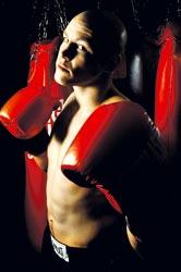 Juho Tolppola on yrittänyt Guinnessin ennätystenkirjaan lyömällä vuorokauden putkeen nyrkkeilysäkkiä.