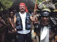 Riku ja Dani Korowai-viidakosta terve.