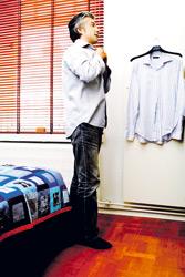 AKI vaihtaa puhtaan ja silitetyn paidan. Hän inhoaa silittämistä.