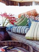 Gant yhdistää värit sohvatyynyissä.