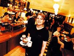 Café Esplanadin Suvi Hämäläinen ja kahvit ja pullat. Ravintolapäällikön suosikki on muuten talon salaatti.