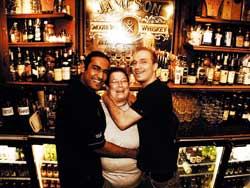 Molly malone'sin baarimestarit Roshan, Pirkko ja Santtu. Pirkko on ollut Mollissa töissä lähes sen koko olemassaolon eli kahdeksan vuotta!