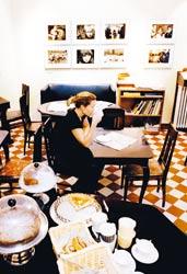 Café photossa kahvitellaan viidessätoista asiakaspaikassa.