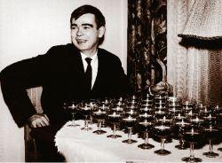 Pentti Saarikoski virvokkeiden ääressä kustantajan pikkujouluissa vuonna 1965.