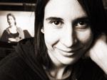 Aurora Reinhard esiintyi ystävänsä taiteilija Salla Tykän kanssa vuonna 1997 anoreksiasta kertovasta teoksssa Tänään en ole vielä syönyt mitään, jossa vierekkäin ruokalautasten äärellä olivat anorektinen Salla ja syömishäiriöstä kärsivä Aurora. Kuva: