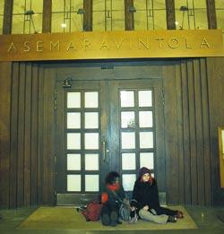Kaisan ja Riinan juna lähtee Tampereelle puolentoista tunnin päästä. Yösija menikin baariin.