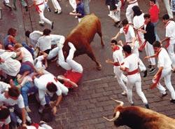 Pamplonassa voi jäädä härän alle. Sitä tuskin vakuutus korvaa.