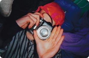Aktivisti Milan Paxall zoomaa. Kamera on aktivistituristin ase, jolla pyritään tallentamaan arkaluontoisia todisteita.