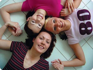 21-vuotiaat arjen sankarit keittiön lattialla. Naiset kello seitsemästä kello kolmeen: Inkeri, lähihoitaja; Emilia, eduskunnan kirjastoavustaja; Sanna, tarjoilija.