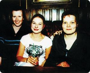 Maiju, Eerika ja Heli Mäntsälästä suositussa ravintola Vanhassa Kinossa.