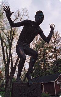 Olympiavoittaja Volmari Iso-Hollon patsas.