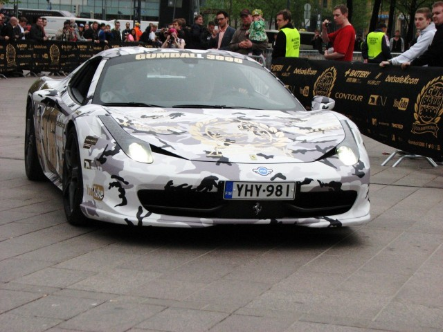 Muutama autoista oli Suomen kilvissä. Kuten tämä Ferrari.