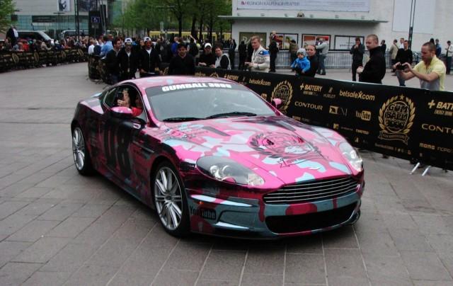 Metallinhohtopinkki - jokaisen naisautoilijan unelmaväri tässä James Bondin autossa?