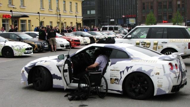 Pyörätuolikaan ei estä kaahaamista Nissan GT-R:llä.