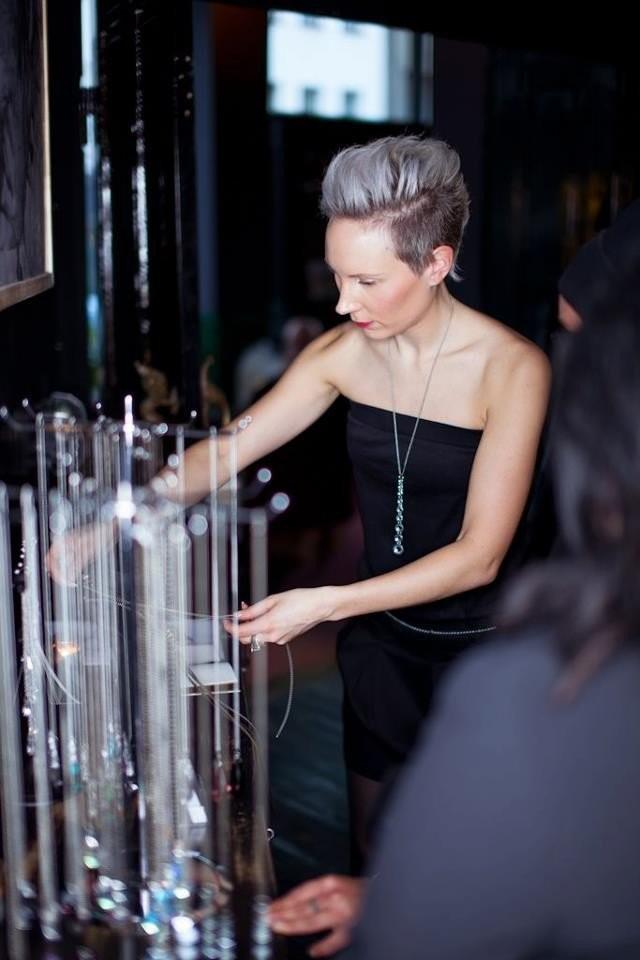 Miia Magia korunäyttelynsä avajaisissa Salon Noirissa